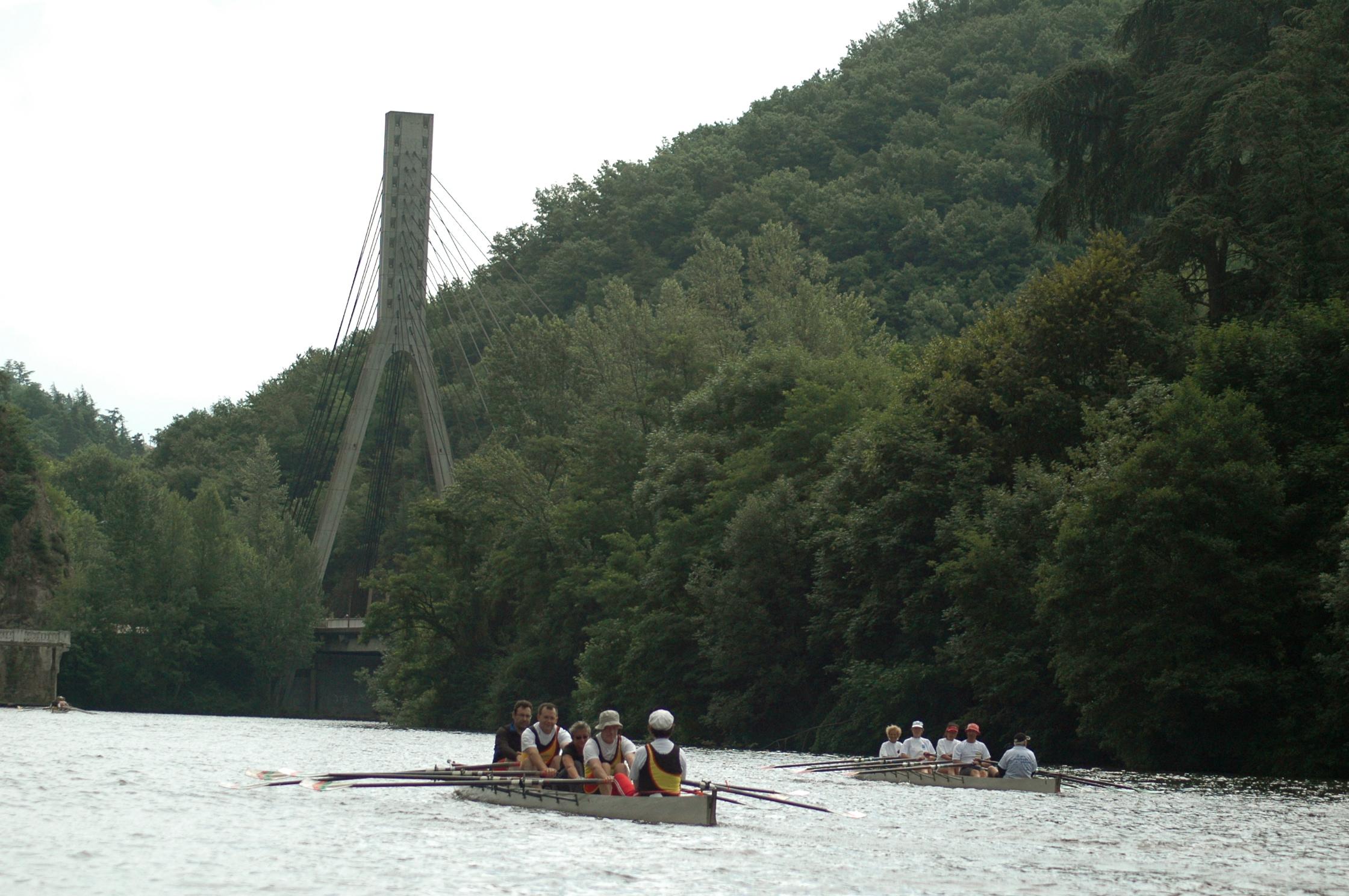 Deux yolettes près du pont du Pertuiset, porte sud des Gorges de la Loire